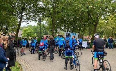 Bij aankomst bij De La Salle in Boxtel stonden familie en vrienden de fietsers al op te wachten.