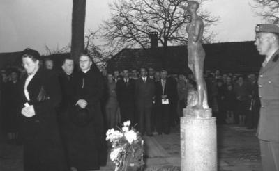 <p>Het Liempdse oorlogsmonument David & Goliath in het Concordiapark werd op 5 mei 1956 onthuld. (Collectie: stichting K&egrave;k Liemt).</p>