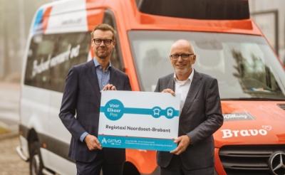 Dieter Klein Nagelvoort (Arriva) en Erik van Daal (Regiotaxi) sloten donderdag het contract voor de introductie van de Voor Elkaar Pas.
