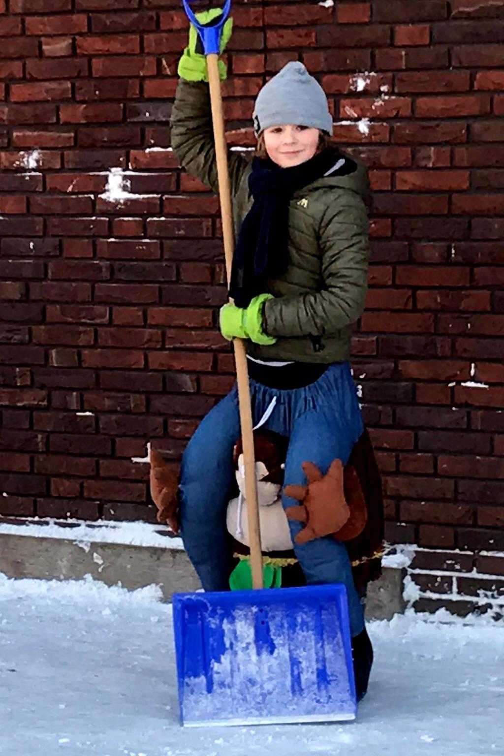 Naar school, in carnavalskostuum en sneeuw schuiven. Een goede combinatie. <p>Foto: Gerard Schalkx, 12 feb 2021.</p> ©