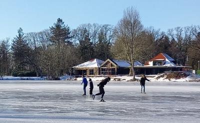 <p>Donderdagmiddag 11 februari: schaatsers wagen zich op het ijs van het Leijsenven in wandelpark Molenwijk.&nbsp;</p>