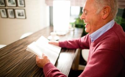 Mensen die niet zo mobiel zijn, kunnen boeken van de bibliotheek thuis laten bezorgen.