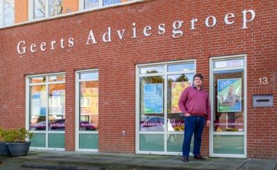 <p>Alwien Geerts voor zijn hoofdkantoor aan de Dorpsstraat in Gemonde. De eigenaar van Geerts Adviesgroep is naast ondernemer een betrokken inwoner, die zich op tal van vlakken inzet voor zijn dorp. (Foto: Hans van Doorn).</p>