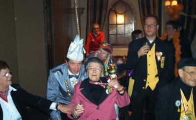 <p>Prins Bart d\n Urste (Berry Dankers) laat zich vereeuwigen met Drieka Habraken, grondlegster van het carnavalsfeest voor waggelaars met een beperking.</p>