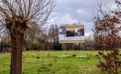 <p>Er staat een bouwbord en de omgevingsvergunning voor Achter den Eijngel is rond, nu moet de Raad van State nog een uitspraak doen. (Foto: Peter de Koning).</p>