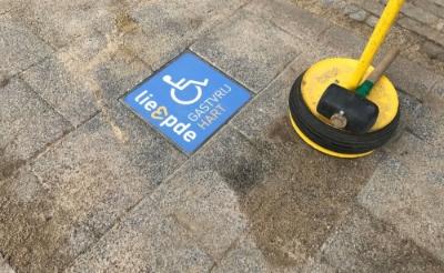 <p>Met blauwe tegels zoals deze is de rolstoelvriendelijke route in Liempde aangegeven.&nbsp;</p>