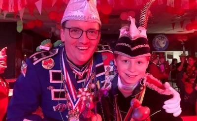 <p>Jeugdprins Thijn Kuijpers, die in 2020 over Eendengat regeeerde met jeugdprinses Karleen Hendriks aan zijn zijde, poseert met prins Donald VI (Vincent Baaijens).&nbsp;</p>