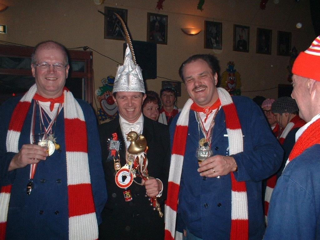 <p>Prins Bart met Frans van den Besselaar (links) en Harrie van der Meijden van CV De Boklummels.&nbsp;</p> <p>Foto:eigen collectie.&nbsp;</p> ©