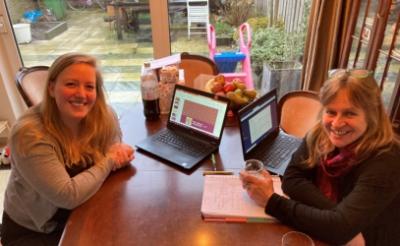 <p>Suzanne van Gompel (links) en Renate van der Linden hebben flink wat pittige vragen voor de finale van de geschiedenisquiz bedacht. (Foto: eigen collectie)</p>