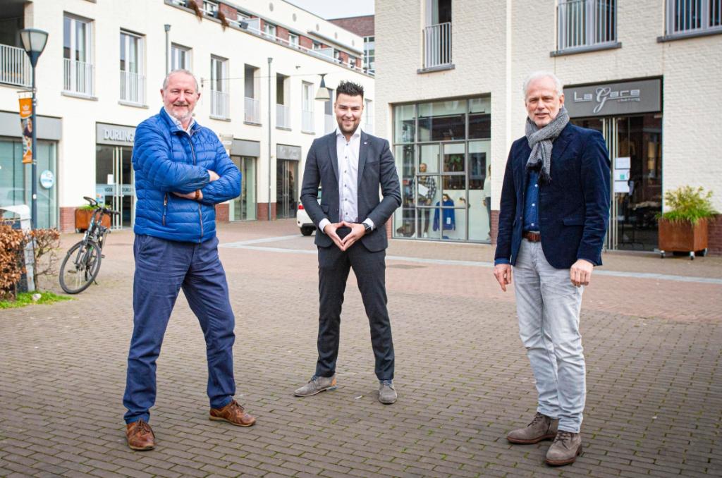 <p>Coördinator Jordy van den Boer (midden) en bestuurslid Luc Broos van het Centrummanagement werken samen met Henk van der Zee van stichting Brabants Centrum aan het onder de aandacht brengen van de centrumondernemers. (Foto: Bas van den Biggelaar).</p>