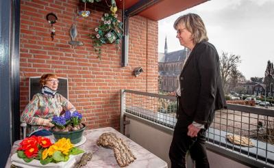<p>Bep Bekers (links) op haar balkon in gesprek met Agnes R&auml;kers. Het is een van de favoriete plekjes van de Boxtelse. Niet alleen vanwege het uitzicht, maar ook zodat ze kan genieten van de vogeltjes die haar balkon bezoeken. (Foto: Bas van den Biggelaar).</p>