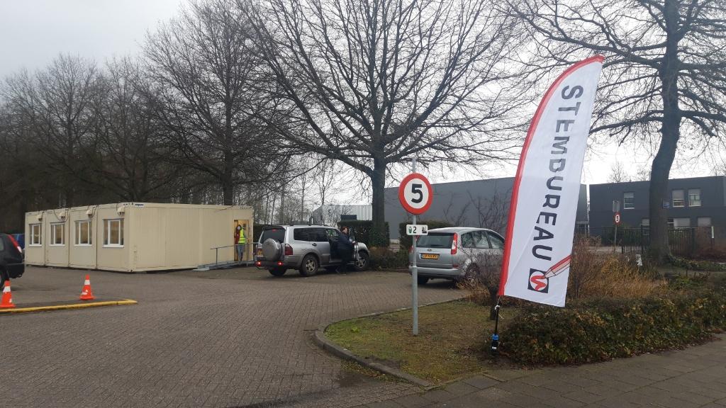 Op het parkeerterrein bij mbo-school Helicon kunnen vandaag stemmen voor de Tweede Kamerverkiezing worden uitgebracht.  Foto: Henk van Weert ©