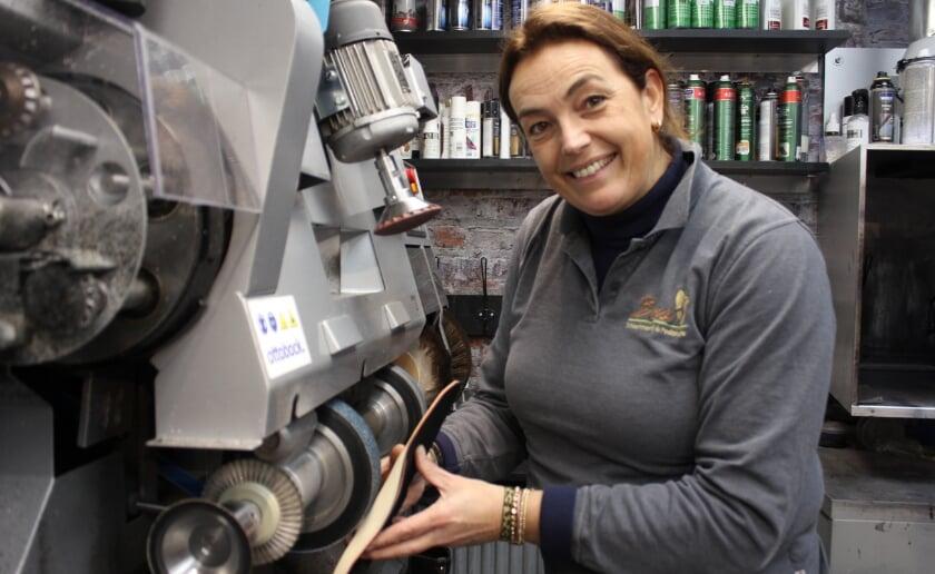 Jolanda combineert een goed klantencontact met het geven van zorg als podoloog bij Schoenmakerij Bas. Foto: Wendy van Lijssel