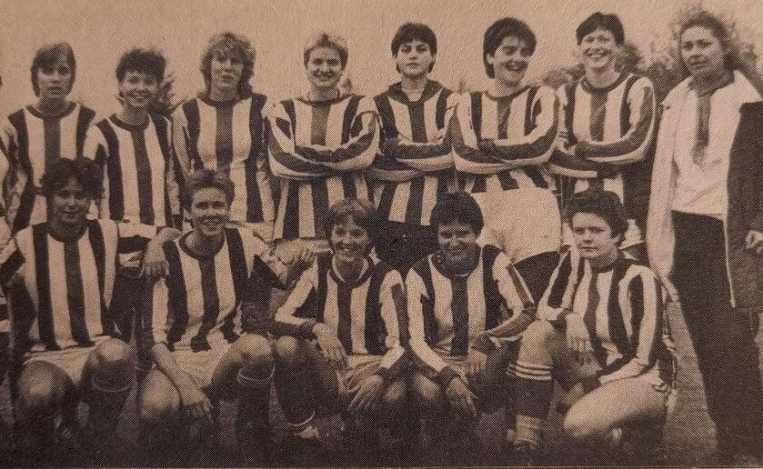 <p>Het vrouwenteam van ODC dat in 1980 kampioen werd van de hoofdklasse A. Trainer was destijds Ren&eacute; Beijers. In 1970 had ODC voor het eerst een vrouwenelftal. (Foto: eigen collectie).</p>