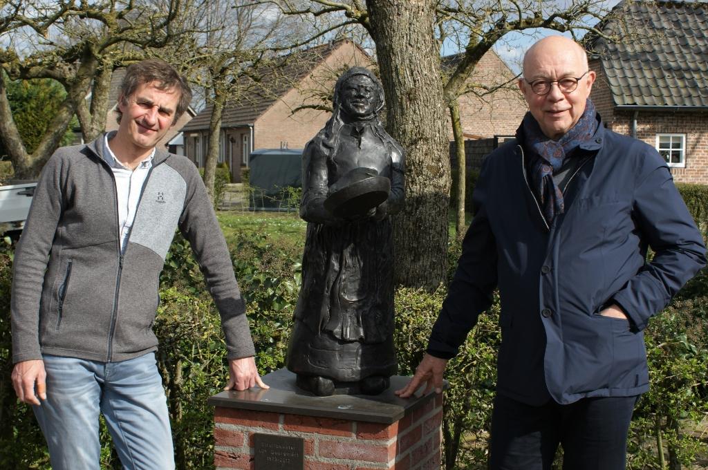 """<p pstyle=""""Foto"""">Jan van der Weijden (links) en Joep Smits poseren bij de bronzen struifbakster in Liempde. Het beeldje van kunstenaar Jan Snellaars uit Esch werd in 2012 onthuld ter gelegenheid van de 40e editie van de Boerem&egrave;rt. (Foto: Marc Cleutjens).</p> Foto: Marc Cleutjens ©"""