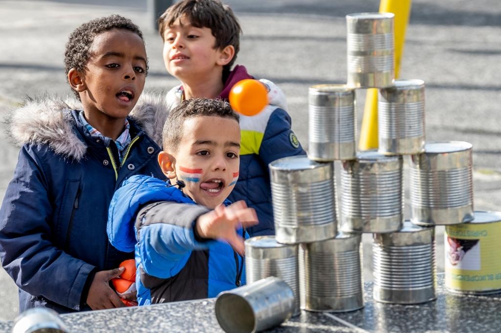 Blikgooien is een spel van alle tijden. Kinderen vinden het nog steeds leuk, dat bleek wel tijdens de Koningsspelen op de Prinses Amaliaschool. (Foto: Peter de Koning). Foto: Peter de Koning ©