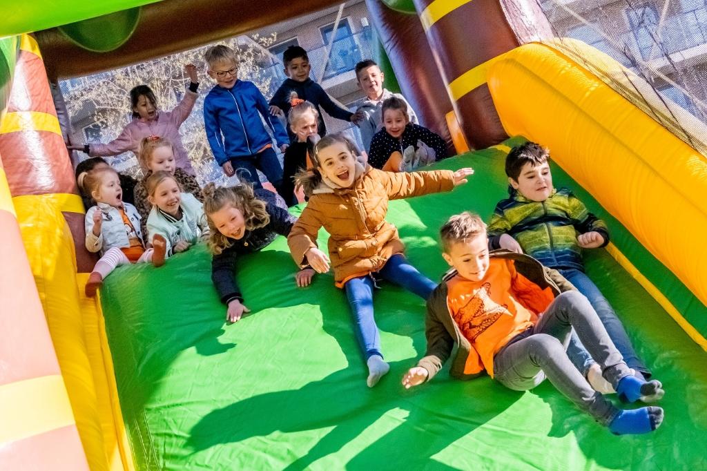 Bij De Hobbendonken hebben kinderen dolle pret op een luchtkussen. (Foto: Peter de Koning). Foto: Peter de Koning ©