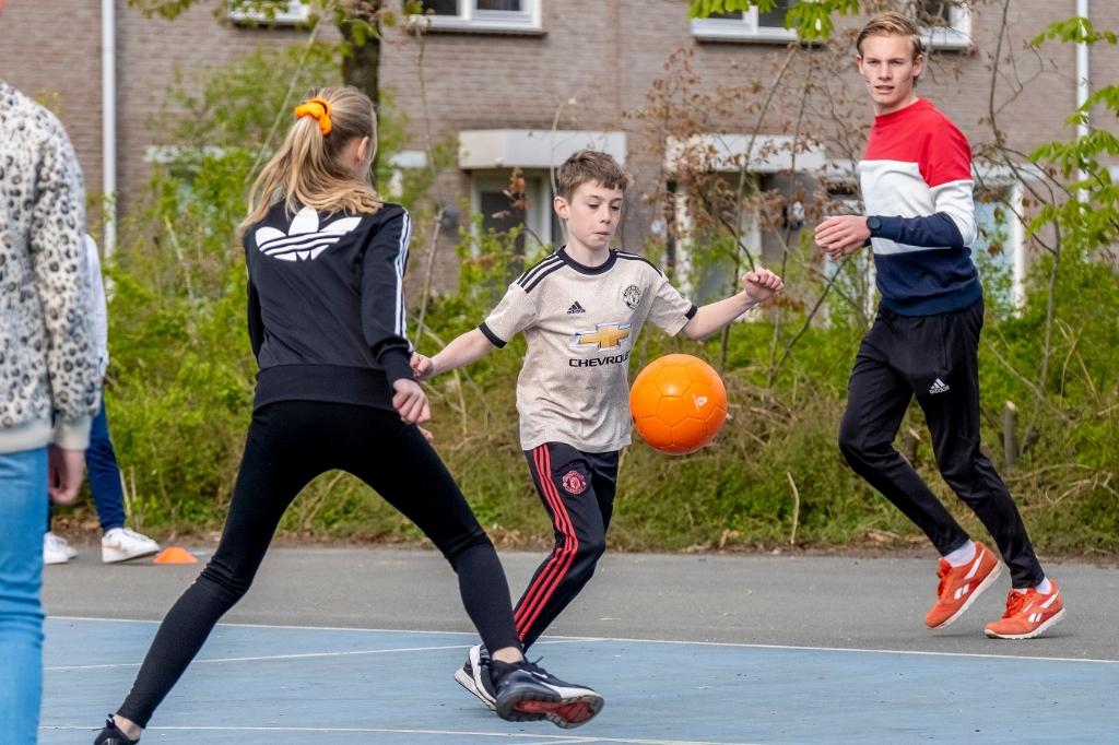 De kleur van de bal is aangepast aan de Koningsspelen, of zou dat toeval zijn? Deze leerlingen zitten op de Angelaschool. (Foto: Peter de Koning). Foto: Peter de Koning ©