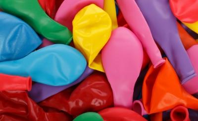Gebruikers plaatsen een capsule op een ballon en laten die volstromen met lachgas. Vervolgens zetten zij de ballon aan hun mond om het gas in te ademen.