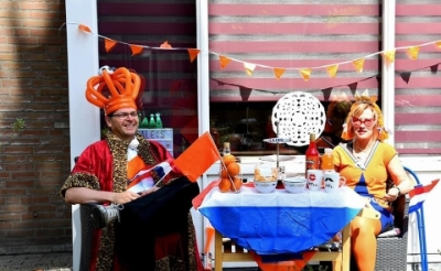 <p>&#39;Willem en Max&#39; aan een royaal gedekte tafel. Of zijn het toch Ingrid en Fran&ccedil;ois Legius?&nbsp; (Foto: eigen collectie).</p>