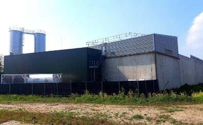 Links de nieuwe waterbuffertanks die zaterdag bij Vion zijn geplaatst. Rechts zijn de zuiveringsbassins van HydroBusiness zichtbaar.