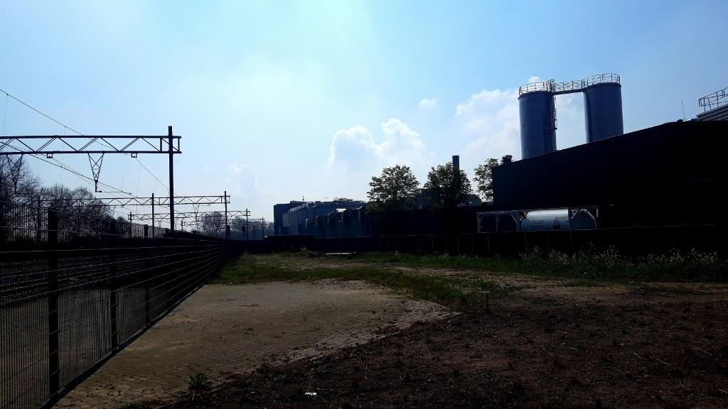 Afgelopen zaterdag op het terrein van varkensslachterij Vion twee ruim achttien meter hoge silo's geplaatst. Ze vormen een buffer voor de aanvoer te zuiveren afvalwater. De foto is genomen op het terrein tussen zuiveringsbedrijf HydroBusiness aan de Van Salmstraat en de spoorlijn Boxtel-Best.  Foto: Henk van Weert ©
