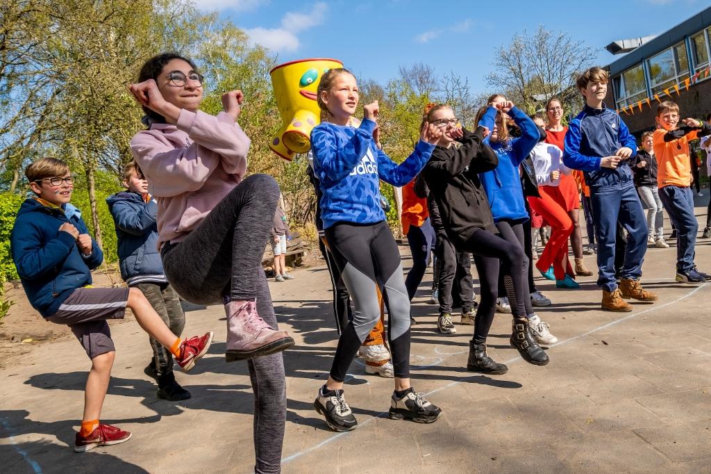 Wat is er feestelijker dan dansen in de lentezon? De groepen zeven en acht van De Spelelier doen enthousiast mee. (Foto: Peter de Koning). Foto: Peter de Koning ©