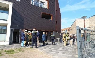 <p>De brand in een woning aan de Banier was snel geblust. De inzet van de hulpdiensten trok veel bekijks.</p>