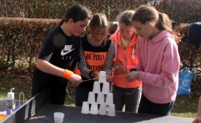 In Liempde bouwden kinderen een 'piramide' van plastic bekertjes. (Foto: Gerard Schalkx).