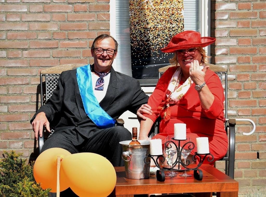Nadja van Dinther en haar man in koninklijke kledij. Hun foto werd beloond met een prijs. (Foto: eigen collectie) Foto: Eigen collectie ©