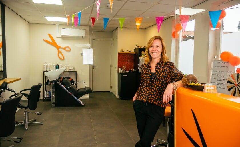 <p>Janneke Heus viert haar koperen jubileum in haar eigen kapsalon aan de Boxtelseweg in Liempde. (Foto: Sven Langeberg).</p>