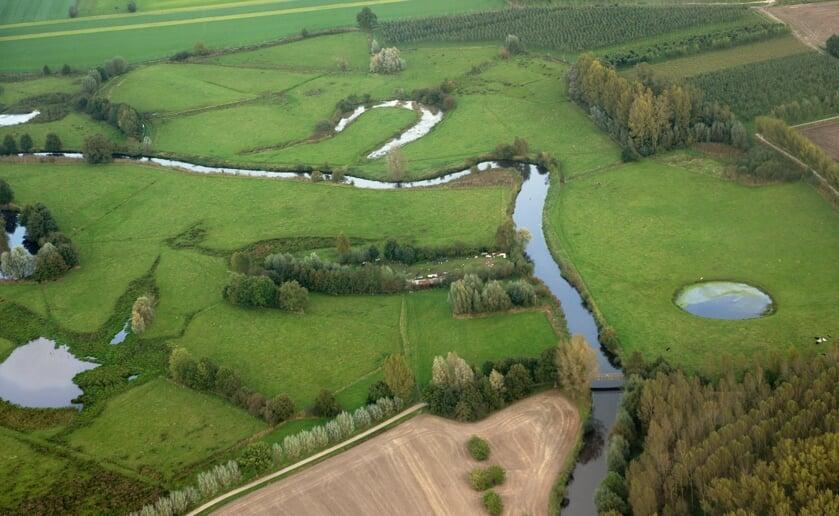 <p>De rivier de Dommel met haar meanders ter hoogte van de Herscheweg bij de fietsbrug. Foto: Ben Vervoort.</p>