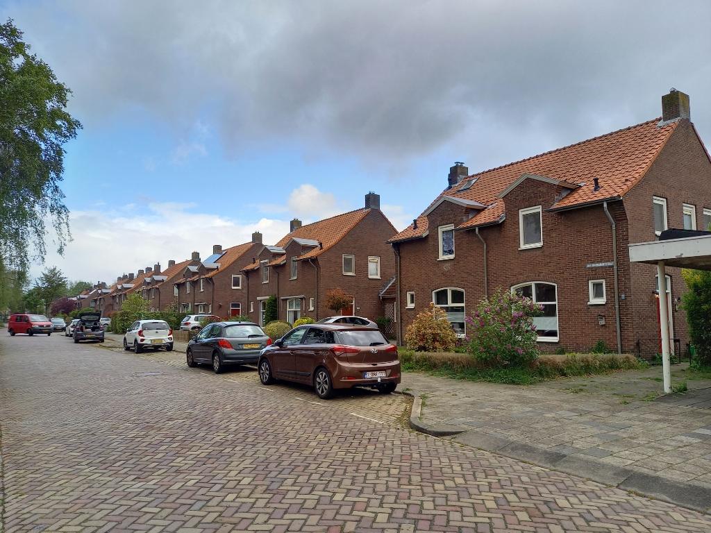 De tweekappers aan de Jan van Brabantstraat zijn deels huur- en deels koopwoningen. Van sloop is aan deze kant van de straat geen sprake; wel worden de huurhuizen gerenoveerd door woonstichting Joost. Foto: Jan Hermens ©