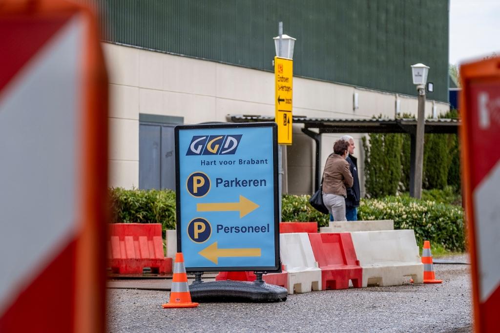 Meteen vanaf de eerste prik is het vrijdag bij sportcomplex De Braken een komen en gaan van mensen die een coronavaccin komen halen. Foto: Peter de Koning ©