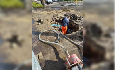 <p>Een monteur van Brabant Water is ter plaatse om de lekkage te repareren.&nbsp;</p>