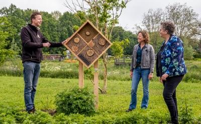<p>Leon Gerrits van Bijenhotelkopen.nl maakte de insectenhotels, Sandra Verhagen vertegenwoordigde Orbis en wethouder D&eacute;sir&eacute; van Laarhoven was namens de gemeente bij de plaatsing van het eerste exemplaar. (Foto: Peter de Koning).</p>