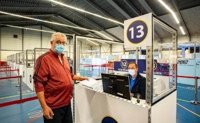 <p>Sjef van Kessel uit Sint-Michielsgestel was een van de mensen die zich in Boxtel liet vaccineren. </p>