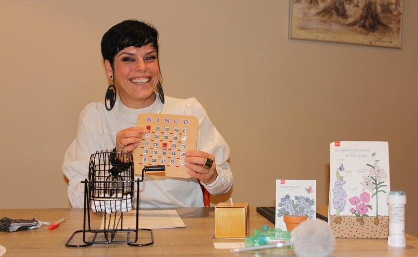 Sociaal werker Kim van Zandbeek van Dagje Thuis zit klaar voor de (verhalen)bingo. Foto Wendy van Lijssel