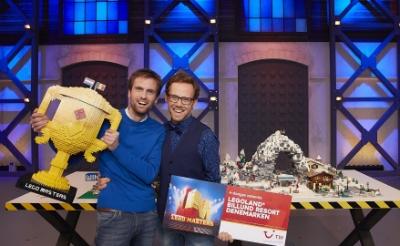 <p>Thomas Goelen (links) en Roy Franssen, winnaars van het televisieprogramma Lego Masters 2021, beoordelen de inzendingen van BlokjesBazen. Legoliefhebbers kunnen tot en met 1 juni een creatie posten. &nbsp;</p>