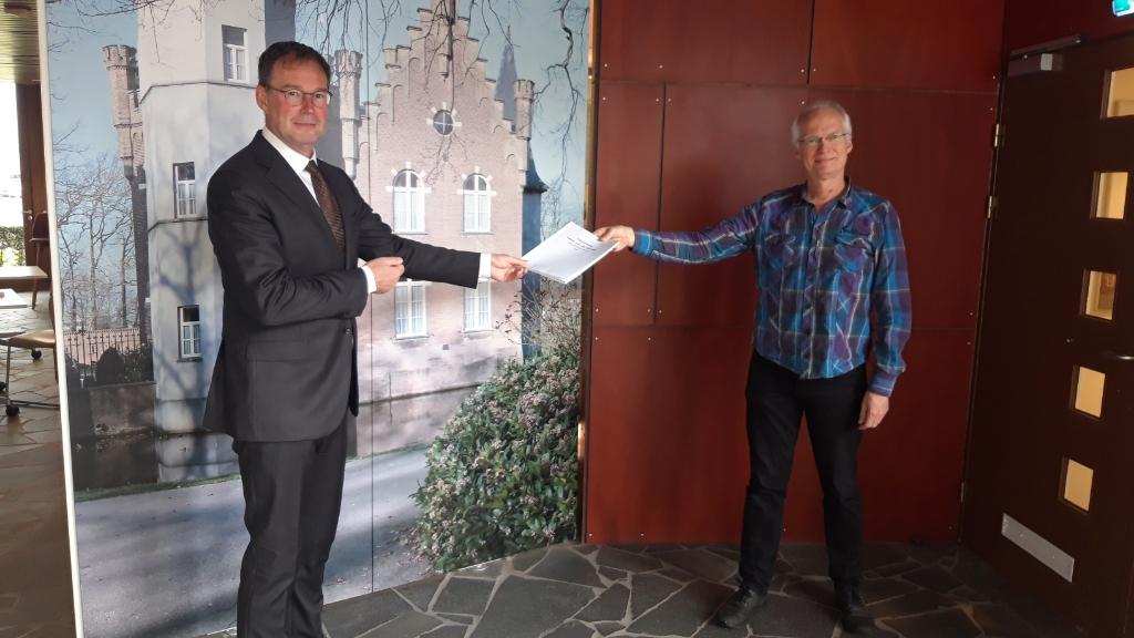 <p>Burgemeester Ronald van Meygaarden ontvangt de bezuinigingstips die werden aangedragen door inwoners. Namens een werkgroep uit de gemeenteraad overhandigde Stefan de Nijs&nbsp; (Combinatie95) het boekwerk.</p>