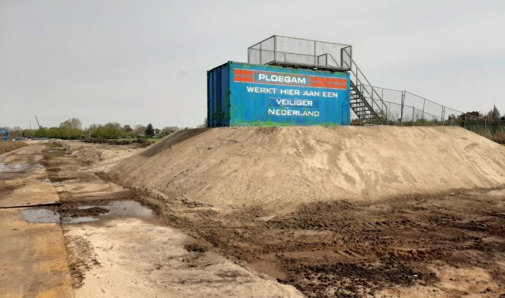 Aan De Wertjes in Esch is een verhoogd platform neergezet voor wie de werkzaamheden aan de keringen wil aanschouwen. Foto: Waterschap De Dommel ©