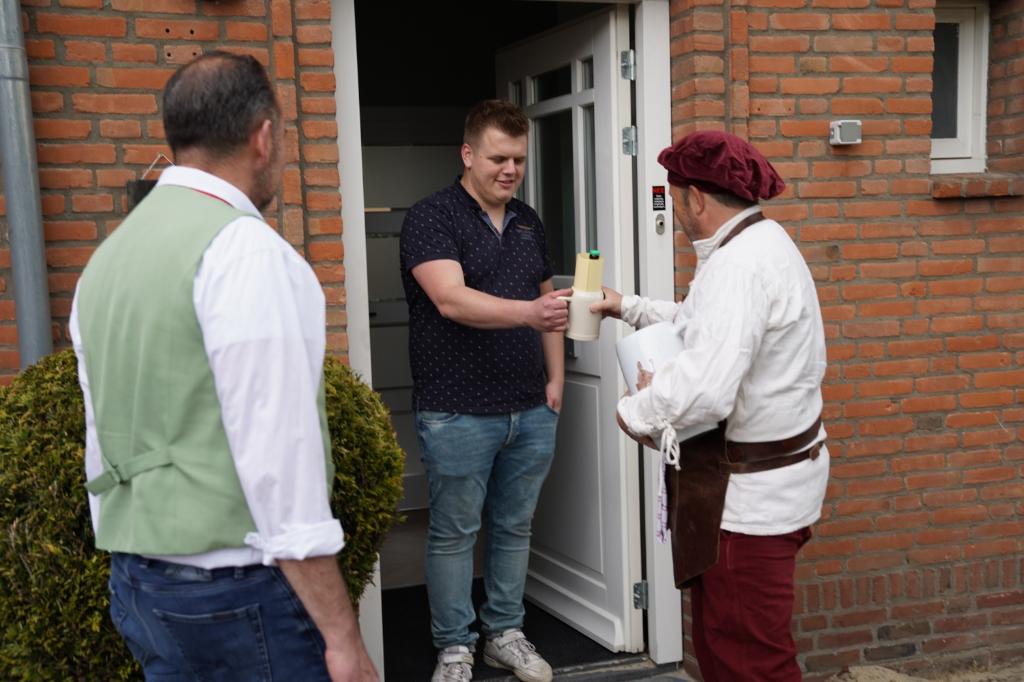 <p>Frank de Man (links) van het Essche Bierpompcomit&eacute; belde donderdag samen met biertapper Gerrie van der Mee (rechts) aan bij de nieuwe inwoners van Esch. </p>