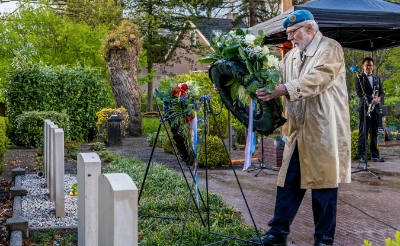 Theo Raaijmakers legt een krans namens Stichting Veteranen Boxtel.