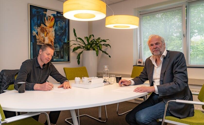 Samen met wethouder Wim van der Zanden (links) ondertekent directeur-bestuurder Rob Dekker een landelijke protestbrief tegen de verhuurdersheffing.