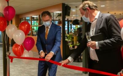 Burgemeester Ronald van Meygaarden en Piet-Hein Buiting, Raad van Bestuur JBZ (rechts) bij het officiële openingsmoment van de verbouwde locatie in Boxtel. (Foto: Daisy Treffers, JBZ)