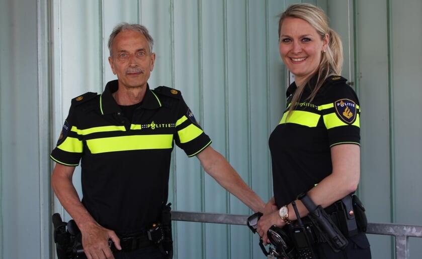 Ad Cleijsen geeft het stokje als wijkagent over aan collega Linda v.d. Laar. Foto Wendy van Lijssel