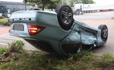<p>De auto van de veertigjarige Boxtelaar kwam op zijn kop terecht. (Foto: Sander van Gils). </p>