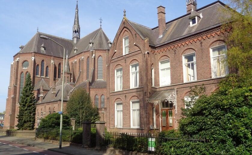 <p>De eerste wandeling gaat van start bij de Heilig Hartkerk. De pastorie komt ook voorbij. Foto: Harrie van den Berg.</p>