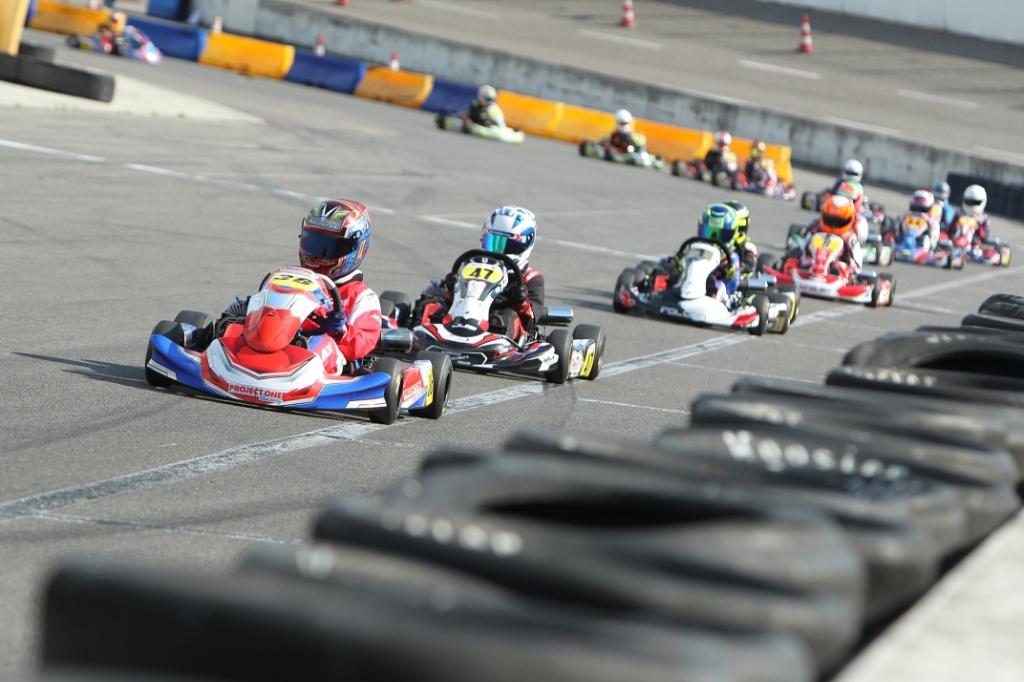 Max gaat aan de leiding tijdens de Mini Junioren 60cc-klasse. Overtuigend won hij alledrie de heats tijdens de tweede ronde van het NK in Venray. (Foto's: Foto: Bas Kaligis/RaceXpress.nl). Foto: Bas Kaligis/RaceXpress.nl ©