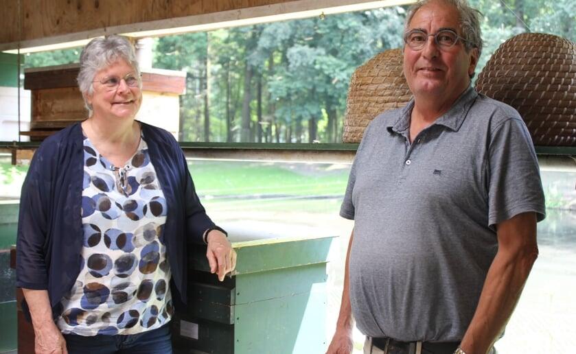 Mieke en Tom zijn al jaren fervent imkers en nodigen iedereen van harte uit in 't Raathuis. foto Wendy van Lijssel